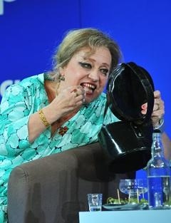 Galina Brezsnyeva (Csákányi Eszter)