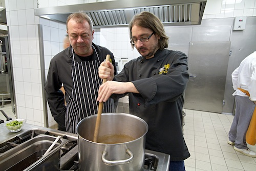 Cserna-Szabó és Fehér a levessel (A fotó a Gundel étterem konyháján készült)