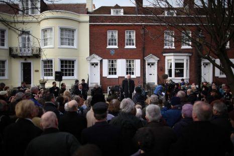 Ian Dickens, Charles Dickens ükunokája beszél a megemlékezésen, Portsmouth-ban, Dickens szülőháza előtt