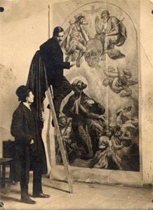 Gebauer Ernő freskó kartonját teszi fel a falra (forrás: hetedhethatar.hu)