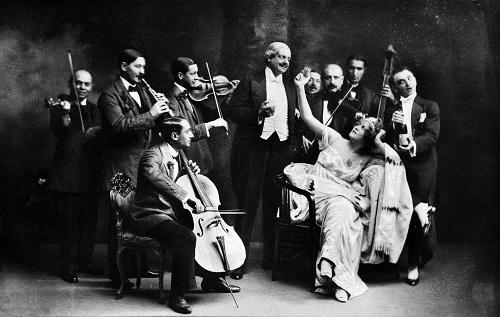 Latabár Kálmán (Kerekes Feri), Kosáry Emma (Szilvia) és Rátkai Márton (Bóni) a Csárdáskirálynő egyik jelenetében. Király Színház, 1916