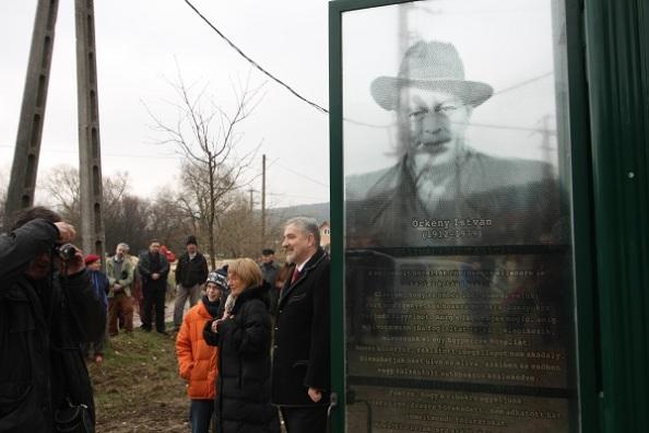 A fülke- emlékmű tövében Örkény Bence, az író unokája, Radnóti Zsuzsa, valamint Halász János államtitkár