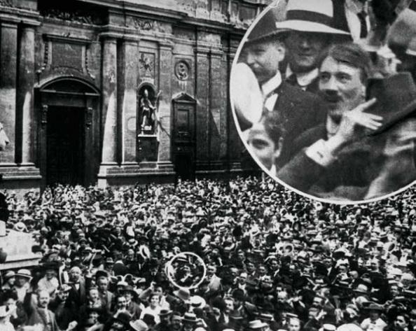 Adolf Hitler a háború kitörését ünneplő tömegben a müncheni Odeonsplatz mellett