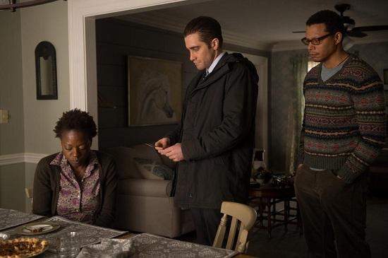 Loki nyomozó (Jake Gyllenhaal, középen) tanácstalan