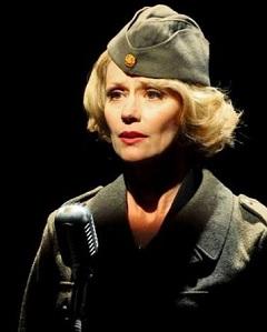 Nagy-Kálózy Eszter (Marlene Dietrich, az amerikai hadsereg századosa)
