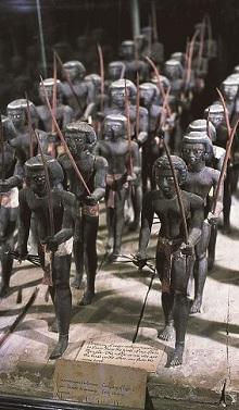 A Középső Birodalomban (i. e. 2000 körül) gyakoriak voltak a modellfigurák. Ez a negyven fős csoport núbiai íjászokat ábrázol. Mesehti sírjából kerültek elő, Assiutban, 1894-ben (Egyiptomi Múzeum, Kairó) [A könyv illusztrációja]