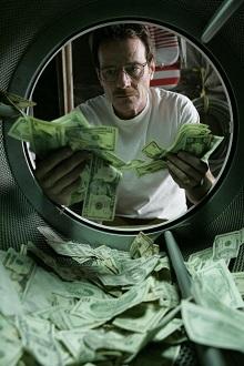 W. White (Bryan Cranston) indítja a pénzmosodát...