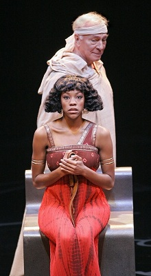 Christopher Plummer (Caesar) és Nikki M. James (Kleopátra)
