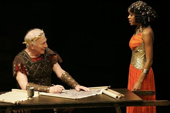 Ch. Plummer (Caesar), Nikki M. James (Kleopátra)