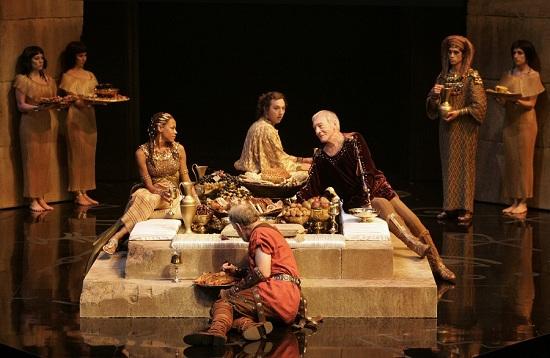 Nikki M. James (balra, Kleopátra), Gordon S. Miller (Apollodorus), Ch. Plummer (Caesar) Peter Donaldson (Rufio)