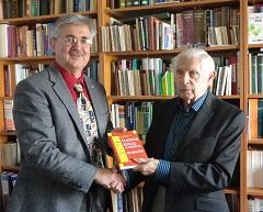 P. Szabó József (j) és Kiss Gábor kiadóvezető a könyv bemutatóján