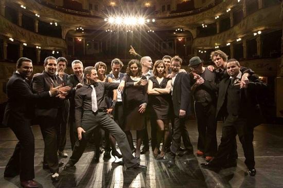 A csoportkép a Vígszínház színpadán készült