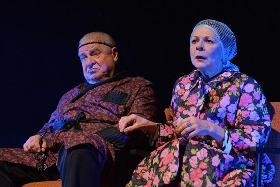 Károly bácsi és Irma néni (Papp János, Borbás Gabi) rájön a rejtély megoldására