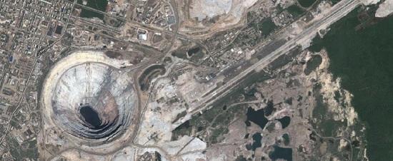 Így néz ki egy gyémántbánya az űrből (Mirnij – Szibéria. Forrás Google.maps)