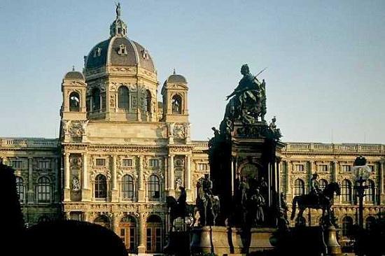 A Szépművészeti Múzeum (Kunsthistorisches M.) előtte Mária Terézia szobra
