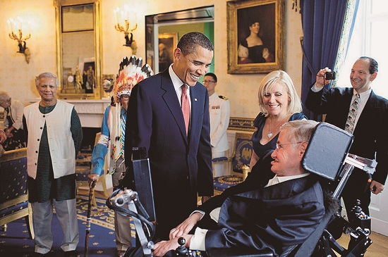 Hawking Lucy lányával a Presidental Medal of Freedom kitüntetés átvételén Barack Obama elnökkel