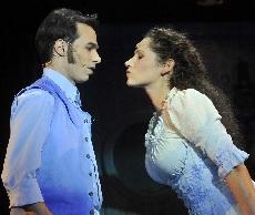 Az ifjú – és még szerethető Scrooge (Kerényi Miklós Máté) és Belle (Vágó Bernadett)