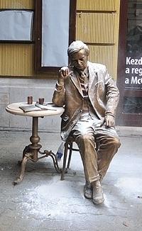 Weöres Sándor utcaszoborként