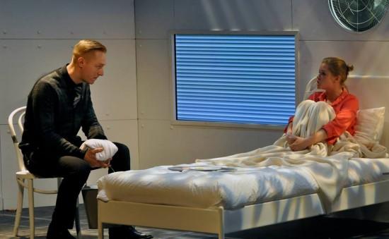 Freddie (Bereczki Zoltán) csak nézegetni akarja Mirandát (Ágoston Katalin)