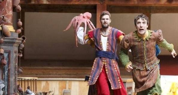Antipholus, az efeszoszi (Matthew Needham) és Dromio, a szirakúzai (Brodie Ross)