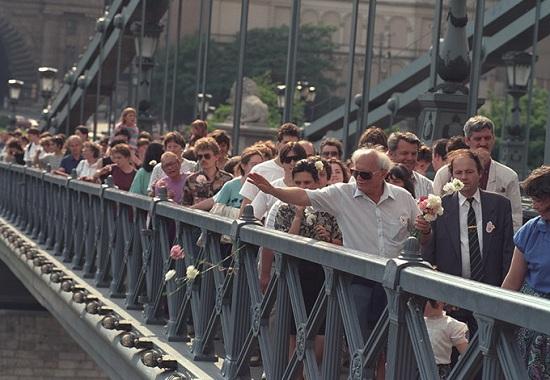 1992 – A Tégy az erőszak ellen menetben a Lánchídon (Szalay Zoltán felvétele)