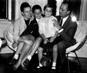 Szüleivel és Zsófia húgával 1965-ben (a családi albumból)