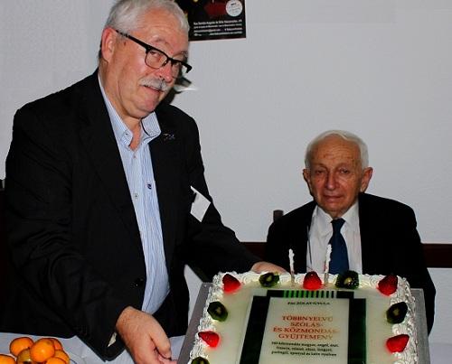A szerző születésnapját és a könyvét köszöntő tortával