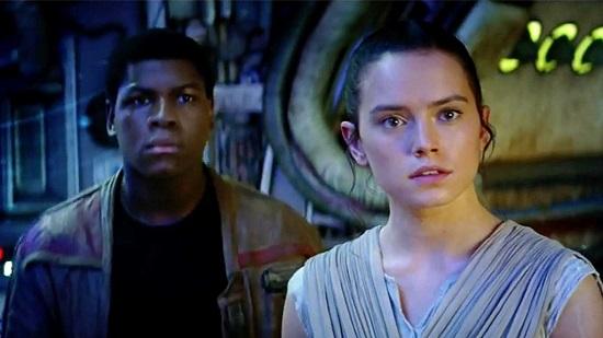 John Boyega (Finn) és Daisy Ridley (Rey)