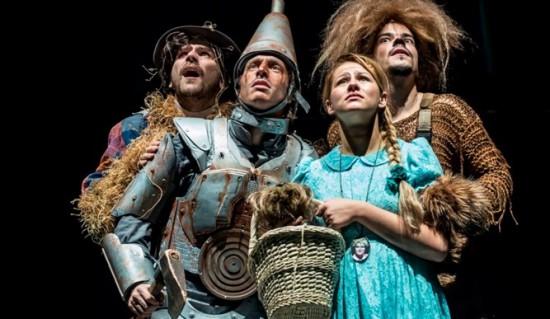 Együtt a sárga út felé a Madárijesztő (Telekes Péter), a Bádogember (Wunderlich József), Dorothy (Szilágyi Csenge) és az Oroszlán (Csapó Attila)