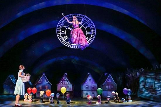 Dorothy (Szilágyi Csenge), Glinda, a jó tündér (Hegyi Barbara)