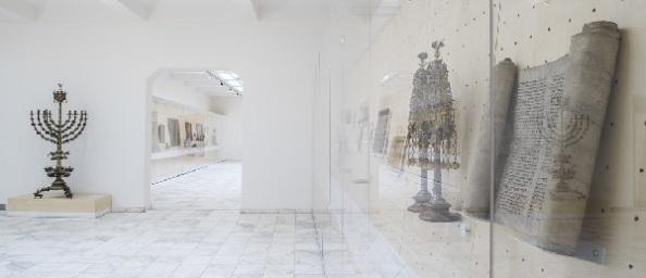 Kegytárgyak vezetnek be a múzeumi térbe (RD)