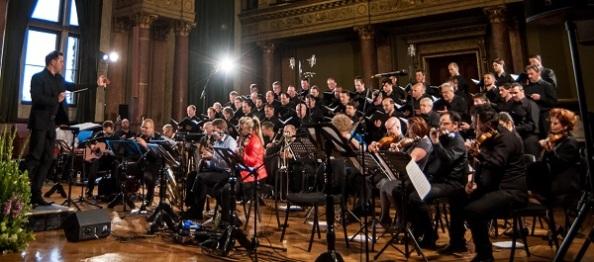 A férfikar és valamennyi zenekar