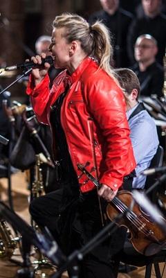 Szirtes Edina Mókus, az est zeneszerzője, szólistája, muzsikusa