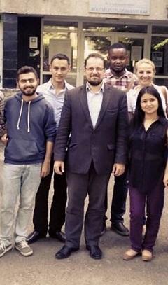 Tarrósy István néhány tanítványa társaságában. A nemzetközi tanulmányok szakos külföldi hallgatók a brit parlamenti vitát mint módszert tanulmányozták az EU-s kurzuson (2015)