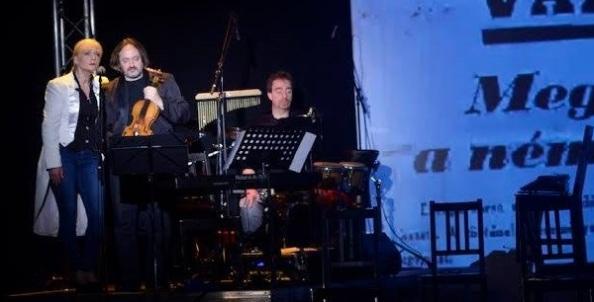 A kvintett tapintatosan a háttérben