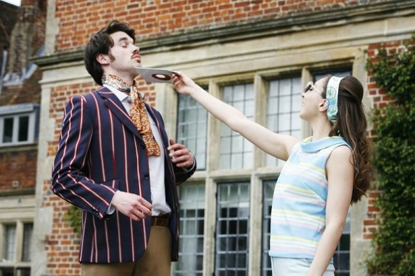 Szilvia (Aruhan Galieva) a bolondját járatja Valentinnal (Guy Hughes)