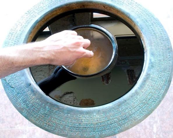Hints meg!, 2010 (bronz, fáradt olaj, víz)