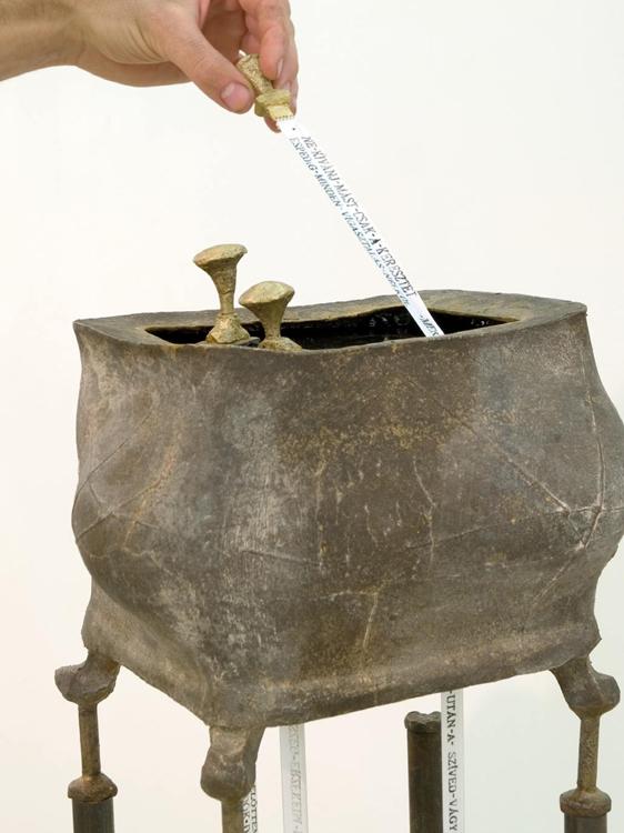 Numinózus III. – egészen más, 2009 (bronz, acél, szurok, szövet)