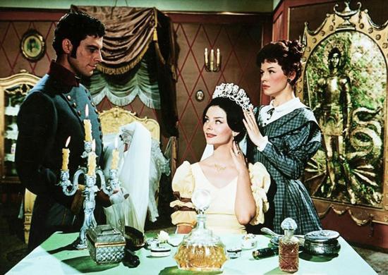 Tímea (Béres Ilona) Készül esküvőre JKacsuka hadnaggyal (Bárány Frigyes), Athalie (Krencsey Marianne) csak asszisztál