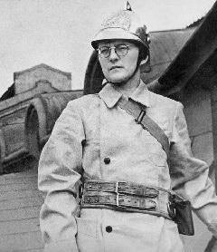 Sosztakovics a leningrádi Konzervatórium tetején önkéntes tűzoltóként őrségben, 1941 őszén (TASzSz)