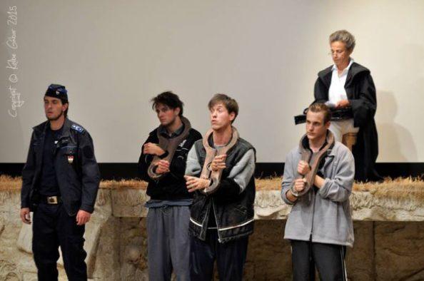 A bíróságon: Baki Dániel (Rendőr), Tasnádi Bence (Vádlott), Papp Endre (Tettes II), Dér Zsolt (Tettes I), Szirtes Ági (Bíró)